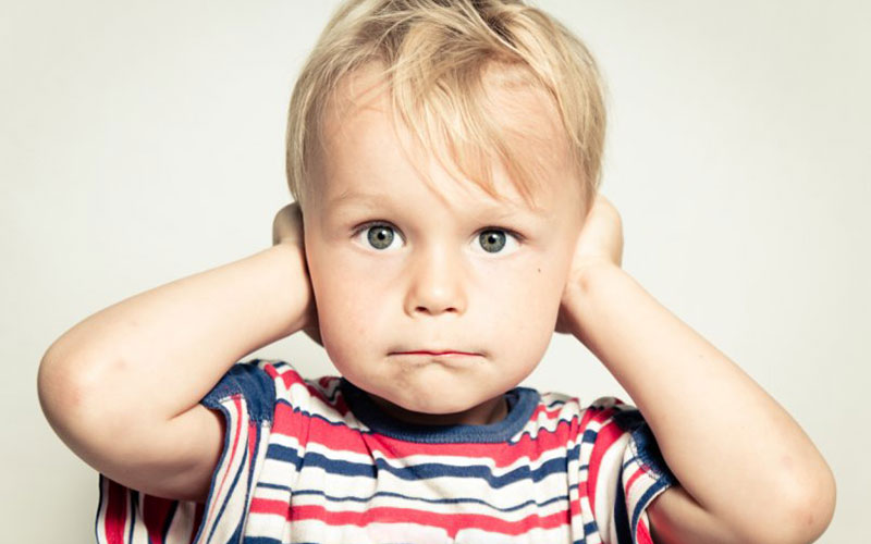 Признаки и симптомы болезни ушей у детей