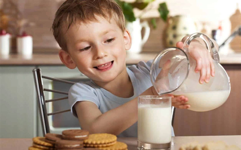 Польза и вред молока для детей