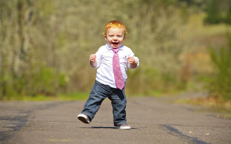 ребенок в год сам ходит
