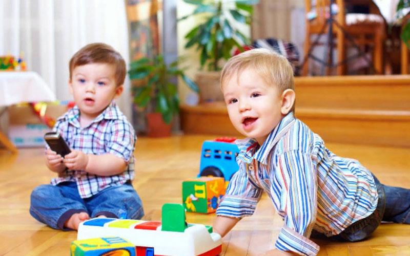 ребенок в 12 месяцев играет с детьми