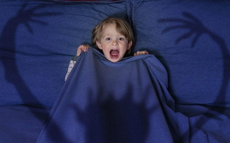 Почему ребенок боится спать один?