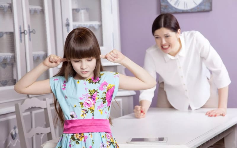 В гиперопеке родитель утверждает, что лучше знает, как поступить в той или иной ситуации