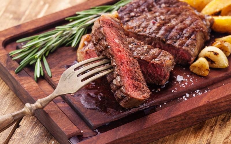 Плохо прожаренное мясо - продукты при беременности