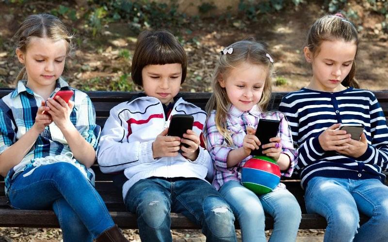 Почему подростки не отрываются от телефонов? Как отвлечь ребенка от гаджета