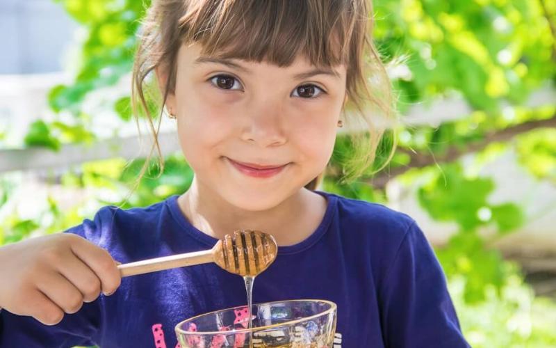 Почему нельзя давать мед, и чем он опасен для детей?